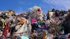 Afvalhopen bij de stortplaats Sluit omhoog 4K stock footage