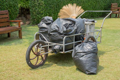 Afvalkar met huisvuil Stock Foto