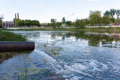 afvalwater Het gevaar van een ecologische catastrofe stock afbeeldingen