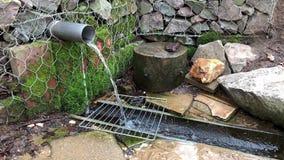 Afvalwaterstromen in het omringen stock videobeelden