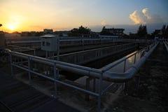 afvalwaterzuiveringsinstallatie tegen zonsondergang in Bangkok Stock Foto's