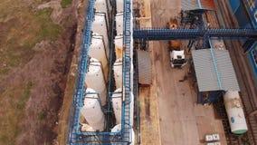 Afvalwaterzuiveringsinstallatie, water recycling bij de behandelings van afvalwaterinstallatie, satellietbeeld ecologie stock videobeelden