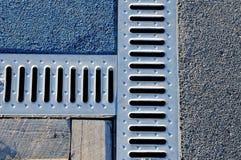 Afvoerkanaal drate, rooster voor verwijdering van regenwater stock fotografie
