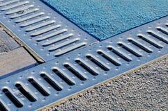 Afvoerkanaal drate, rooster voor verwijdering van regenwater stock foto