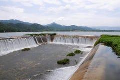 Afvoerkanaal in het reservoir Stock Afbeeldingen
