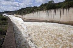 Afvoerkanaal in het reservoir van San Rafael de Navallana Stock Foto