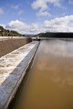 Afvoerkanaal in het reservoir van San Rafael de Navallana Stock Fotografie