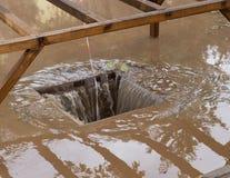 Afvoerkanaal met zware regen weg drainage Stock Fotografie