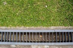 Afvoerkanaalmanier met gras Stock Fotografie