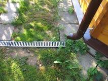 Afvoerkanaalrooster in de tuin Stock Foto's