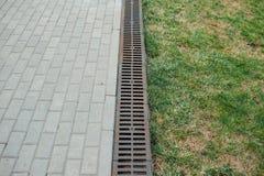 Afvoerkanaalwater in tuin stock foto's
