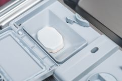 Afwasmachine als effici?nt gebruik van middelen voor binnenlandse en dagelijkse activiteiten stock afbeeldingen