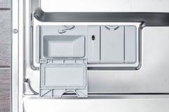 Afwasmachine als effici?nt gebruik van middelen voor binnenlandse en dagelijkse activiteiten stock foto