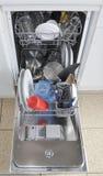 Afwasmachine met open broedsel en schoon vaatwerk Stock Foto's