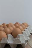 Afwezig concept: Een ei verdwijnt van de groep eieren Stock Afbeelding