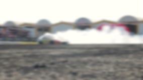 Afwijkingsautorennen op het asfaltspoor Heel wat rook blur stock videobeelden