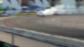 Afwijkingsautorennen op het asfaltspoor Heel wat rook blur stock video