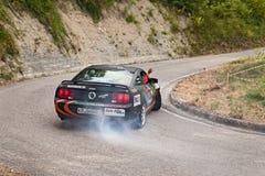 Afwijkingsraceauto Ford Mustang Stock Foto's