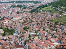 Afyon,土耳其- 2017年5月12日:五颜六色的无背长椅房子在Afyon, 库存照片