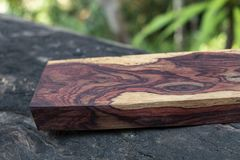 Afzelia burlträ som göras randig för bil för garnering för bildtryckinre, den exotiska trähärliga modellen för hantverk eller abs royaltyfri fotografi