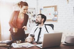 Agência de detetive privado O homem e a mulher estão falando, bebendo o café foto de stock royalty free