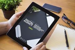 agência digital da tabuleta do desktop fotos de stock