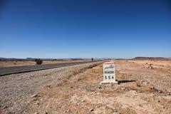 agadir droga Kamień milowy wskazuje Agadir w desertic terenie Maroko Fotografia Royalty Free