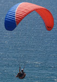agains晴朗海洋的滑翔伞 库存图片
