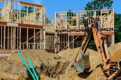 agains de encadrement de maison de construction à la maison en construction Photographie stock libre de droits