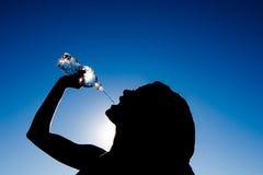 agains pije dziewczyny sylwetki iskrzastą wodę Zdjęcie Stock