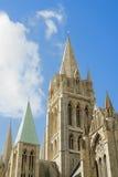 Agains réglés de cathédrale de Truro un ciel bleu ensoleillé. Image libre de droits