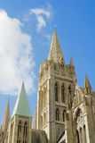 Agains stabiliti della cattedrale di Truro un cielo blu pieno di sole. Immagine Stock Libera da Diritti