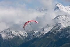 againt alps szybowiec Para Zdjęcie Stock