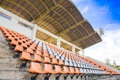 Againt de la silla del estadio con el cielo azul Imagenes de archivo