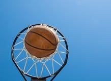 agaisnt篮球蓝色净天空 免版税库存图片