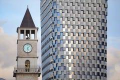 老尖沙咀钟楼agaisnt新的大厦, 免版税库存图片