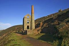 Agaist Cornish s azul da mina de estanho Fotografia de Stock