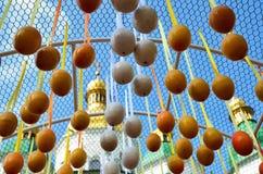 Agaist de los huevos de Pascua la iglesia Imagenes de archivo
