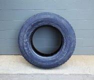 aganst大厦倾斜的轮胎卡车墙壁 图库摄影