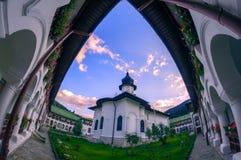 Agapiaklooster in Neamt-Provincie Roemenië tussen mountai wordt gevestigd die stock afbeelding