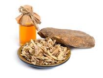 Agarwood nazwany aloeswood oudh, tak?e Z istotnym olejem w farmaceutycznej butelce pojedynczy bia?e t?o zdjęcie royalty free