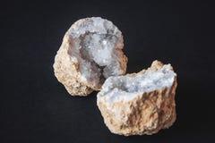 agata 玛瑙石头的横断面与geode的在黑背景 起源:摩洛哥, Sidi Rachal 免版税库存图片