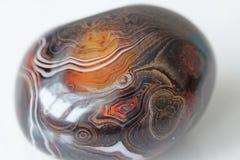 agata 与镶边纹理或样式的自然圆或卵形石玛瑙 一块美丽的石头是玛瑙 免版税库存图片