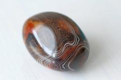 agata 与镶边纹理或样式的自然圆或卵形石玛瑙 一块美丽的石头是玛瑙 库存图片