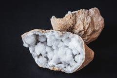 agata 玛瑙石头的横断面与geode的在黑背景 起源:摩洛哥,德西迪雷切尔 免版税图库摄影