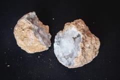 agata 玛瑙石头的横断面与geode的在黑背景 起源:摩洛哥,德西迪雷切尔 免版税库存图片