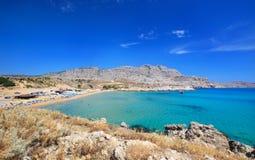 """Agathi strand op kust van Middellandse Zee, Rhodes Island †""""Gr. Stock Afbeeldingen"""