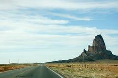 Agathla在亚利桑那锐化,纪念碑谷,高速公路 免版税库存图片