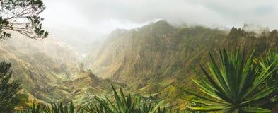 Agava rośliny i skaliste góry w Xoxo dolinie w Santo Antao wyspie, przylądek Verde Panoramiczny strzał Obrazy Stock