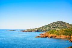 Agay in Esterel oscilla la costa ed il mare della spiaggia Cote Azur, Provenza, Fotografie Stock Libere da Diritti